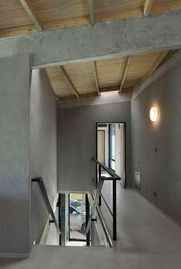 Pasillos y recibidores de estilo  por Ruben Valdemarin Arquitecto