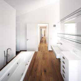 Ванные комнаты в . Автор – Carlos Zwick Architekten