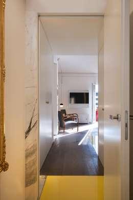 CASA SUL LITORALE [2015]: Ingresso & Corridoio in stile  di na3 - studio di architettura