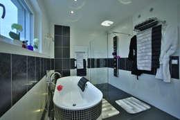 Ванные комнаты в . Автор – ELK Fertighaus GmbH