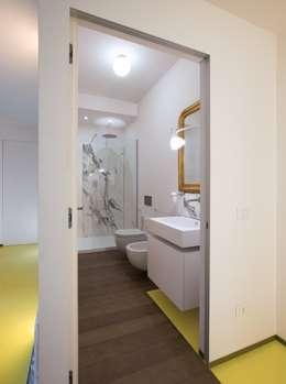 CASA SUL LITORALE [2015]: Bagno in stile in stile Moderno di na3 - studio di architettura