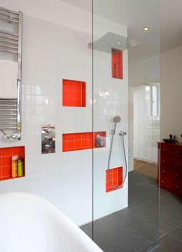 Transformation d'un atelier de menuiserie en maison familiale : Salle de bains de style  par ATELIER FB