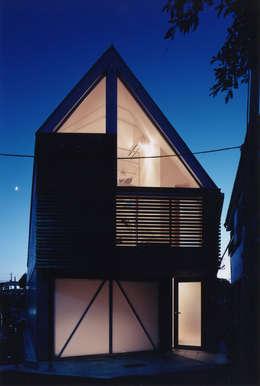 ファサード 夜: 一級建築士事務所 バサロ計画が手掛けた家です。