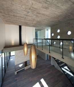 Pasillos y vestíbulos de estilo  por DMS Arquitectura