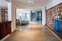Pasillos y hall de entrada de estilo  por LLACAY arquitectos