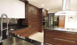Casa SF: Cocinas de estilo moderno por acosta arquitecto