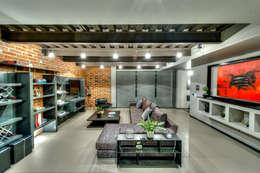 Sala multimedia de estilo  por Con Contenedores S.A. de C.V.