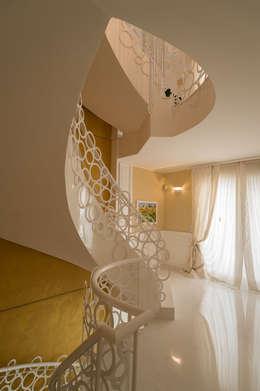 Projekty,  Korytarz, hol i schody zaprojektowane przez Studio di Urbanistica ed Architettura