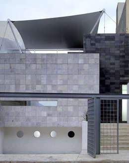 B221: Casas de estilo moderno por Micheas Arquitectos