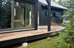 Zbliżenie na elewację południowo-zachodnią: styl skandynawskie, w kategorii Domy zaprojektowany przez Magdalena Zawada