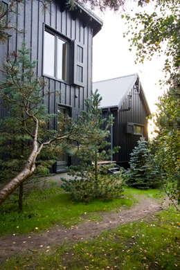 Widok ze wschodu, elewacja północno-wschodnia: styl skandynawskie, w kategorii Domy zaprojektowany przez Magdalena Zawada