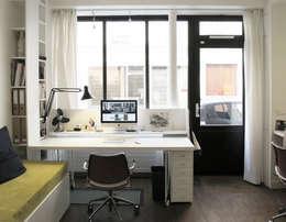 bureau devant la vitrine : Bureau de style de style Moderne par Studio Pan