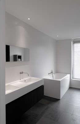 House TE: Salle de bain de style de style Moderne par CONIX RDBM Architects