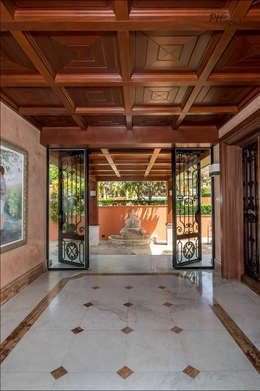 Pasillos y vestíbulos de estilo  por Hansen Properties