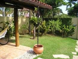 Jardines de estilo tropical de Metamorfose Arquitetura e Urbanismo