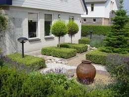 Voortuin met veel elementen: rustieke & brocante Tuin door Mocking Hoveniers