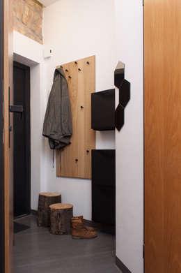 Kawalerka w Poznaniu: styl , w kategorii Korytarz, przedpokój i schody zaprojektowany przez Kraupe Studio