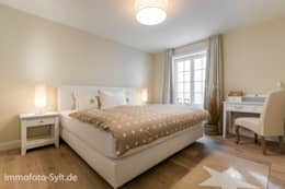 Camera da letto in stile In stile Country di Immofoto-Sylt