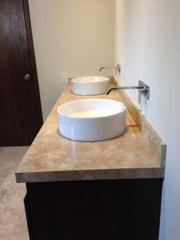 Cubierta de mármol con lavabos de cerámica de sobreponer con mezcladora de monomando en muro: Baños de estilo  por Alejandra Zavala P.