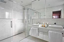 modern Bathroom by Gláucia Britto