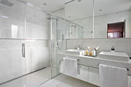 Baños de estilo moderno por Gláucia Britto