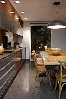 Cocinas de estilo moderno por Gláucia Britto