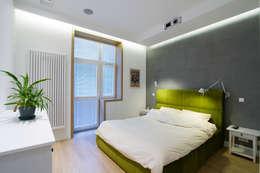 Projekt wnętrz apartamentu w kamienicy na krakowskim Kazimierzu: styl , w kategorii Sypialnia zaprojektowany przez COOLDESIGN