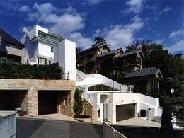 斜面を生かした建物・植栽配置: 大塚高史建築設計事務所が手掛けた家です。