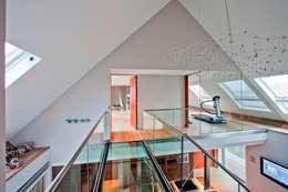Glazen balustrade naar fitnessruimte, boven woonkamer: moderne Fitnessruimte door Buys Glas
