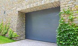 Porte de garage enroulable en aluminium: Fenêtres & Portes de style de style Classique par Neo10.com
