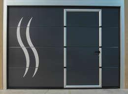 Porte de garage sectionnelle avec portillon intégré: Garage / Hangar de style de style Moderne par Neo10.com