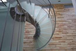 Pasillos, vestíbulos y escaleras  de estilo  por Allstairs Trappenshowroom