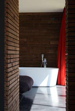Maison bois et paille: Salle de bains de style  par Gallet - Architectes