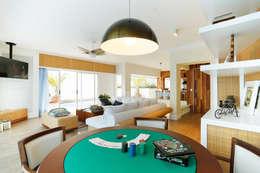 tropische Woonkamer door Mayra Lopes Arquitetura | Interiores