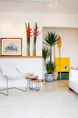 tropical Living room by Helô Marques Associados