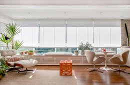 Livings de estilo minimalista por Helô Marques Associados