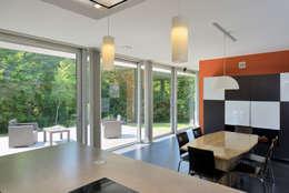Maison R: Salle à manger de style de style Moderne par atelier d'architecture FORMa*