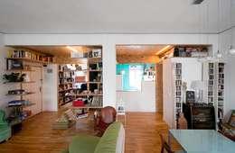 Reforma Low-Cost: Salones de estilo moderno de idearch studio