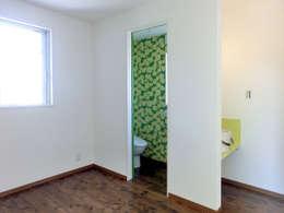 Salle de bain de style de style eclectique par 高嶋設計事務所/恵星建設株式会社