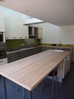 Maison agrandie et rénovée de tous cotés: Cuisine de style de style Moderne par agence MGA architecte DPLG