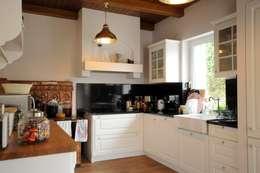 DOM POD LASEM: styl , w kategorii Kuchnia zaprojektowany przez Grzegorz Popiołek Projektowanie Wnętrz