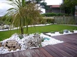 Jardines de estilo moderno por ERRASTI