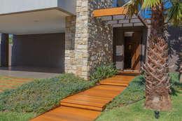 Jardim de Entrada: Casas modernas por WTstudio