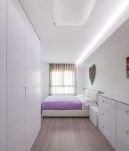 Cuartos de estilo minimalista por LLIBERÓS SALVADOR Arquitectos