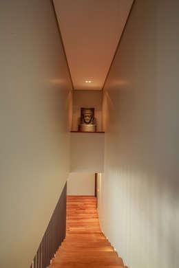 Escada: Corredores e halls de entrada  por WTstudio