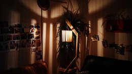 Lampadaire original en bois de palettes recyclées: Salon de style de style eclectique par creationsecopalettes