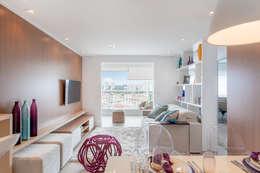 Projeto 1 : Salas de estar minimalistas por MARCY RICCIARDI ARQUITETURA E INTERIORES
