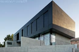 Maison Noire: Maisons de style de style Minimaliste par ar-quo