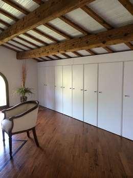 Closets de estilo minimalista por Anna Leone Architetto Home Stager