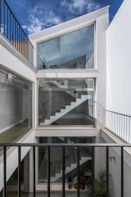 Casa Trinidad: Pasillos, vestíbulos y escaleras de estilo moderno de LLIBERÓS SALVADOR Arquitectos